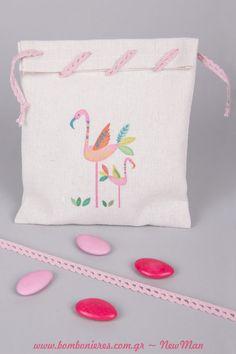 Μπομπονιέρα βάπτισης σε λινό εκρού πουγκί με σχέδιο Φλαμίνγκο (14 x 18cm), διακοσμημένο με ροζ φυτίλι δαντελέ. Christening, Coin Purse, Purses, Beautiful, Handbags, Bags, Coin Purses, Purse, Hand Bags