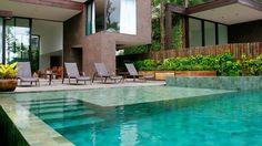 Pedra Hijau Lisa Palimanan no revestimento da piscina projetada pelo arquiteto Arthur Casas. Você encontra na Ceramick Revestimentos.