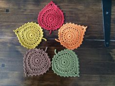 Free Crochet coaster Patterns are super easy to make, yet they add so much style to homes and parties. Free Crochet coaster patterns also make great gifts! Owl Crochet Patterns, Crochet Coaster Pattern, Crochet Bee, Crochet Leaves, Freeform Crochet, Crochet Gifts, Irish Crochet, Crochet Motif, Crochet Designs