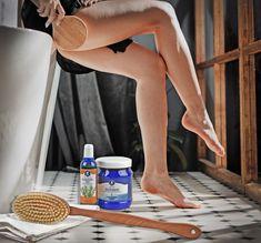Die Trockenmassage ist eine gute Methode, die Durchblutung der Haut und den Lymphfluss anzuregen. Durch kreisenden Bewegungen werden die Körperregionen koordinier massiert und somit wird die Entschlackung der Haut unterstützt. ------------ 🌿die Badebürste 🌿das Rosmarin Ölbad 🌿das HELFE Basenbad Massage, Detox, Natural Skin Care, Sensitive Skin, Massage Therapy