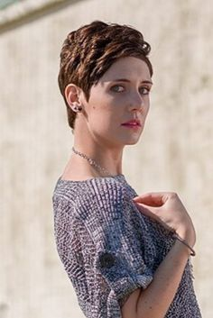 The pixie cut is the new trendy haircut! Put on the front of the stage thanks to Pixie Geldof (hence the name of this cup! Blonde Pixie, Brünetter Pixie, Messy Pixie Cuts, Short Curly Pixie, Pixie Cut With Bangs, Messy Short Hair, Long Pixie Cuts, Popular Hairstyles, Pixie Hairstyles