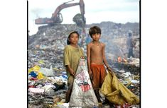 Child-Labor the Philippines, sorting through garbage looking for recyclables
