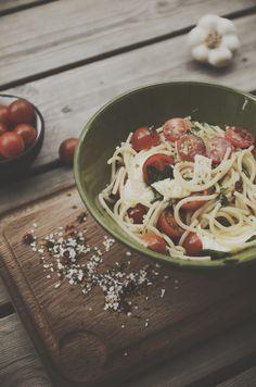 Recept på snabb och lättlagad lunch 300 gr Spagetti 500gr halverade coctailtomater 2,5 dl olivolja 440 gr mozzarella 1 kruka basilika 0,5 msk bruschettablandning (ingredienser : torkade tomatflingor, basilika, persilja vitlök och salt) 2 pressade vitlöksklyftor salt och peppar