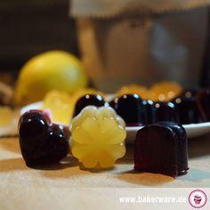 Fruchtgummis selber machen! Mit leckeren Säften, OHNE Zucker und OHNE Gelatine gelingen die süßen Dinger fast im Handumdrehen.