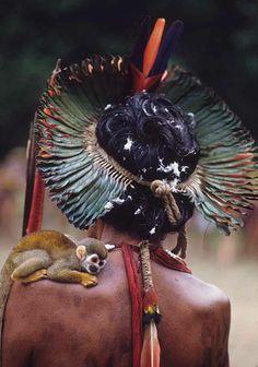 ©Rosa Gauditano.Kayapó com macaco, 1989.