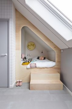 They sleep very primitively in a box bed. A box bed allows you Attic Rooms, Attic Spaces, Attic Bed, Room Interior, Interior Design Living Room, Kids Bedroom, Bedroom Decor, Bedroom Small, Small Rooms
