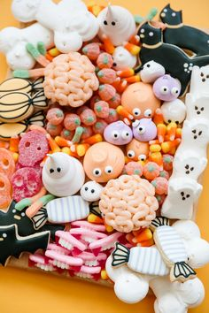 tray of Halloween candy and treats Satisfy your sweet tooth and join in on a party brimming with plenty of Halloween treats—googly-eyed marshmallow ghosts, black-cat cookies, and jelly pumpkins—and howls of laughter. Childrens Halloween Party, Halloween Sweets, Halloween Party Snacks, Pink Halloween, Halloween Dinner, Halloween Cookies, Halloween Birthday, Halloween Party Decor, Halloween Candy