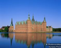 Castillo de Frederiksborg - Dinamarca -  En 1878 fue transformado en el Museo Nacional de Historia Danesa, que alberga mobiliario, objetos históricos y un rico conjunto pictórico. Estas colecciones se exhiben en las salas del Rey y de la Princesa.