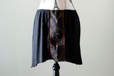 Jupe noire boho fleuri avec dentelle noire, Upcycled clothes, Vêtement recyclé, Jupe asymétrique noire, Taille moyen, #V067 de la boutique ecoboheme sur Etsy