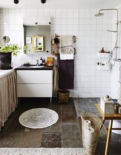 Tilføj tekstiler for at gi' badeværelset et blødt udtryk