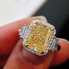 design ⭐️this is to die forspa Celebrity Engagement Rings, Yellow Engagement Rings, Round Diamond Engagement Rings, Yellow Diamond Rings, Yellow Diamonds, Diamond Dreams, Yellow Jewelry, Stone Jewelry, Beautiful Rings