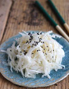 Recette Salade japonaise : Coupez le chou très finement et disposez-le dans un grand saladier. Recouvrez-le d'eau froide, ajoutez 1 c. à soupe de sel, mélang...