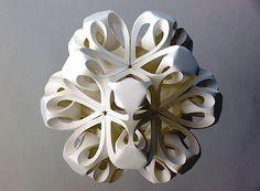 Der britische Künstler Richard Sweeney macht ganz besondere Papier-Skulpturen, wie man sie hier in den Fotos sieht. Man wird auf den ersten Blick gar nicht vermuten, dass sie aus normalem weißen Papier bestehen, aber tatsächlich ist es so. Das einfache Papier bietet dabei einen interessanten Kontrast zu den komplexen Formen der Skulpturen. Richard kam zufällig zu dieser Technik.Als er dreidimensionales Design studiert hat, hat er Papier zunächst benutzt, um Designmodelle für seine Arbeiten…