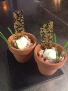 gemarineerde hollandse garnalen, met krokante sesam/sambal en lavasmayonaise.