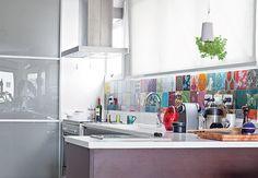 Os azulejos estampados e coloridos da artista plástica Calu Fontes são os destaques da cozinha do paisagista Gil Fialho e de sua esposa