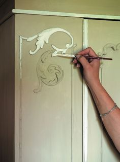 How to Use Chalk Paint...when to wax and not to wax, distressing, etc #paintedfurnitureshabbychic