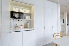 Kitchen Pantry Design, Kitchen Reno, Beach Kitchens, Cool Kitchens, Hidden Kitchen, Interior Decorating, Interior Design, Kitchen Handles, Apartment Kitchen