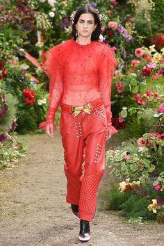 Rodarte primavera-verano 2018 en París (Parte II). 🌺🌸🌺 Perlas jugando a ser lunares, pedrería y lentejuelas en aplicaciones florales, plumas finas y suaves, lazos dorados, volantes románticos, texturas translúcidas y tonos suaves – pura fantasía de una historia romántica. #coleccion #verano2018 #rodarte #readytowear #fashion #trendy #collection #summer2018 #designer #design #details #inspiration #couture #fashionable #paris #fashionweek #hautecouture