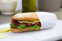 Pane bresaola, spinaci e limone è un panino fresco e leggero composto da bresaola, limone a fette e spinaci. Buono e leggere per un giusto break.