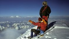 """Besteigung des """"Gasherbrum I"""" (auch """"Hidden Peak"""" genannt) in Pakistan, Gipfelfoto auf 8080 Metern am 11. August 1975. Stehend: Hanns Schell, sitzend: Herbert Zefferer. Der erste 8000er Erfolg einer steirischen Mannschaft. (Bild: Robert Schauer) Mount Everest, Pakistan, Museum, Mountains, Nature, Travel, Pictures, Mountain Climbers, Entrepreneur"""