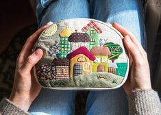 Caja cosmética estuche de patchwork hecho a mano bolso de   Etsy Small Cosmetic Bags, Cosmetic Pouch, Patchwork Bags, Quilted Bag, Patchwork Quilting, Handmade Accessories, Bag Accessories, Christmas Applique, Fabric Pictures
