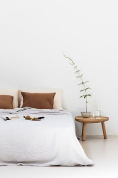 Minimalist white and gold bedroom design. Modern home ideas. - - decorideas Minimalist white and gold bedroom design. Modern home ideas. Gold Bedroom, Bedroom Inspo, Home Decor Bedroom, Bedroom Ideas, Master Bedroom, Bedroom Bed, Bedroom Black, Decor Room, Charcoal Walls