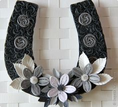 Quilling: horseshoe for good luck.  Monochrome.  Paper.  Photo 1