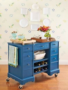 A great idea for upcycling a desk into a rolling bar.