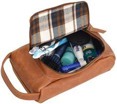 """Wenn Du auf der Suche nach einem schönen Platz für Deine Hygieneartikel bist, der darüber hinaus auch noch praktisch und handlich ist, dann ist """"Tim"""" genau der Richtige für Dich! Die kleine Kulturtasche aus robustem und strapazierfähigem Büffelleder überzeugt im schlichten Design und mit viel Stauraum für Deine Sachen - Kulturtasche - Kosmetiktasche - Waschtasche - Gusti Leder - 2H18-26-5"""