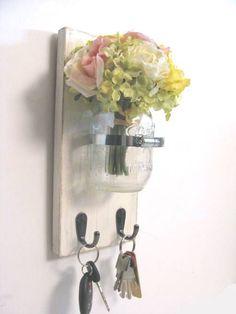 Schöne Idee für ein frühlingshaftes Schlüsselbrett. Gebastelt aus einem einfachen Holzbrett, zwei handelsüblichen Haken, Ringschelle und Einmachglas.
