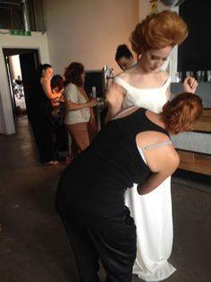Sarah Taschin sistema l'abito prima dello shooting
