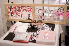 Detalle feria bodas: cuaderno de viaje, cuadro vintage firmas + dedicatorias, mininovios, chapas