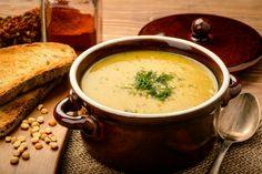 Sarı mercimek çorbası, lezzetini mercimeğin yanı sıra kereviz ve zerdeçaldan da alan, kokusu, tadı ve rengiyle göz alan bir tarif.