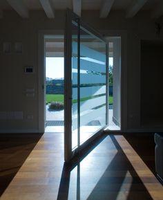 Porta a bilico verticale con serratura di sicurezza - Vertically pivoting door with security lock.
