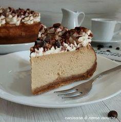 Il cheesecake al caffè cotta in forno con l'aggiunta di panna montata, è una versione del classico cheesecake dal sapore unico e deciso.
