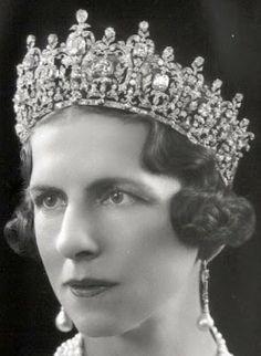 Queen Helen of Romania wearing Queen Sophia& tiara. Tiara now with the Greek Royal family. Royal Crown Jewels, Royal Crowns, Royal Tiaras, Royal Jewelry, Tiaras And Crowns, Princesa Victoria, Greek Royalty, Greek Royal Family, Queen Sophia