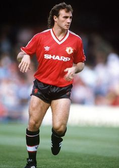 September Terry Gibson, Manchester United striker Get premium, high resolution news photos at Getty Images Manchester United Images, Manchester United Legends, Manchester United Players, Man Utd Squad, Der Club, Football Images, Premier League Champions, Retro Football, Soccer Stars