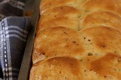Mosbolletjies - Boesmanland LangtafelTradisioneel met heuningmoer gebak is hierdie 'n Boesmanland Delikatesse! Ek vergemaklik egter die resep met die gebruik van kitsgis - net so lekker. Gee Recipe, South African Recipes, Recipe Cards, Hot Dog Buns, Food, Breads, Bread Rolls, Essen, Bread
