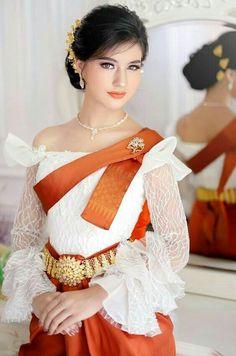 Arab Girls, Sexy Asian Girls, Beautiful Asian Girls, Thai Traditional Dress, Traditional Wedding Dresses, Traditional Outfits, Cambodian Wedding Dress, Khmer Wedding, Beautiful Girl Image