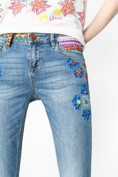 Jeans bootcut con flores Desigual. ¡Descubre la colección primavera-verano 2016! Embroidery On Clothes, Painted Clothes, Old Jeans, Embroidered Jacket, Trousers, Pants, Sewing Clothes, Diy Fashion, My Style