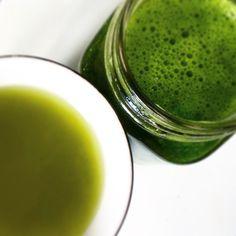 Was grüne Getränke betrifft, so greife ich lieber zu grünen Säften, als zu zu Smoothies. Allerdings brauche ich dazu nicht zwingend einen Entsafter. Ich nutze auch keine fertigen Rezepte – me…