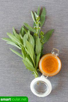 Salbei und Honig wirken entzündungshemmend und beruhigend. So einfach kannst du dir einen heilsamen Hustensirup aus beiden Zutaten herstellen.