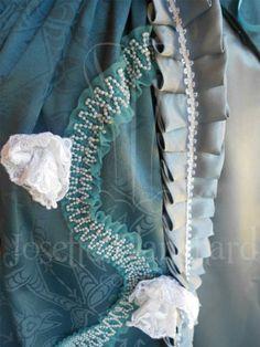 Vestido Rococó em brocado azul petróleo, cetim azul acinzentado, renda branca e acabamentos. ( cada modelo é exclusivo).  Site: http://www.josetteblanchardcorsets.com/ Facebook: https://www.facebook.com/JosetteBlanchardCorsets/ Email: josetteblanchardcorsets@gmail.com josetteblanchardcorsets@hotmail.com