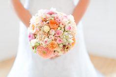 Der rundgesteckte Brautstrauss wirkt sehr elegant. Mehr Ideen zu hübschen Brautsträußen findet ihr in unserer großen Bildergalerie...