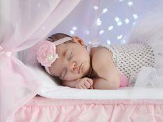 Esta cama de madera ofrece una gran cantidad de posibilidades para utilizar como atrezzo en sesiones de fotos con recién nacidos y bebés. La opción de combinar luces y dosel, o solo utilizar las luces en forma de estrella en la parte posterior de la cama, ofrecen un entorno ideal para sacar unas fotos de nuestros bebés inolvidables.