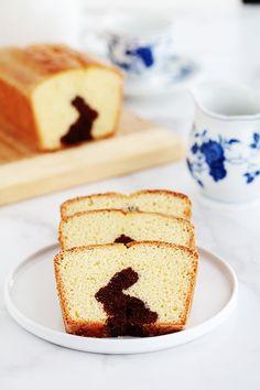Gâteau surprise spécial Pâques (lapin caché) sur la base du gâteau au yaourt. Une recette très simple que vous pouvez réaliser avec les enfants. Deux pâtes : chocolat et nature. Il vous faut un emporte-pièce en forme de lapin (ou autres symboles de pâques) et un moule à cake. Vanilla Cake, Cheesecake, Simple, Desserts, Surprise Cake, Sheet Cakes, Symbols, Tailgate Desserts, Deserts