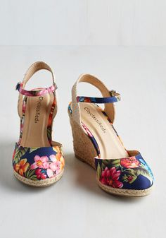 Wharf 'n Turf Wedge. From the pier to the park, these floral wedges weave their way through the prettiest settings with comparable loveliness! Wedge Shoes, Shoes Sandals, Vintage Heels, Retro Vintage, Cute Shoes, Me Too Shoes, Tacos Chinos, Floral Wedges, Girls Shoes