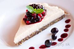 This excellent healthy raw vegan cheesecake without baking, sugar, flour, milk, or any dairy products is so delicious that you will want to eat it all at once. Raw Vegan Cheesecake, Gluten Free Cheesecake, Desserts Crus, Raw Desserts, Vegan Cru, Snacks Sains, Raw Cake, Cereal Recipes, Healthy Recipes