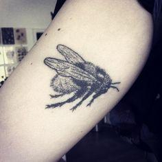 Handpoked bee tattoo #sticknpoke #machinefree