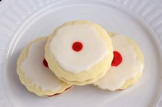 Elegant, soft, delicate and delicious iced cookies filled with raspberry jam. Cut Out Cookies, Iced Cookies, Yummy Cookies, Delicious Cookie Recipes, Baking Recipes, Cake Recipes, Sicilian Recipes, Sicilian Food, Empire Cookie